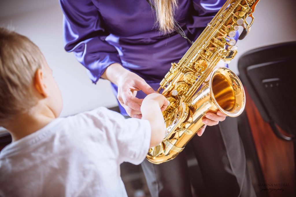 8 Soulful Alto Saxophones - Feel The Music Around