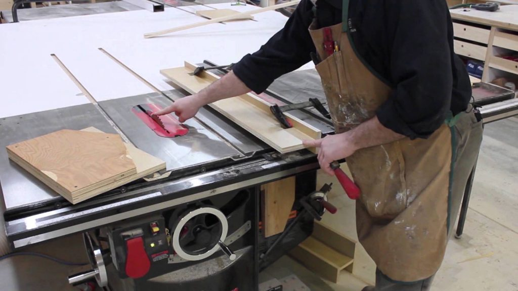 Features cabinet table saw