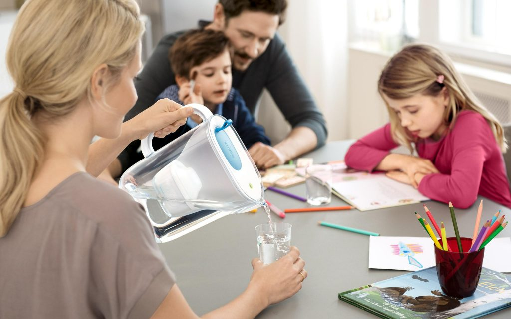 brita_fillandenjoy_style_teal_family_kitchen_table_mother_pouring