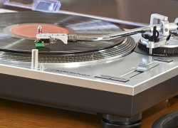 5 Stunning Turntables under $200 – Enjoy the Incomparable Sound of Vinyl